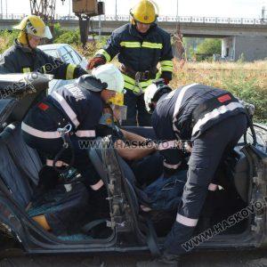 Демонстрираха вадене на пострадал човек от катастрофирала кола