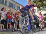 """Деца от """"Осми март"""" караха колела и тротинетки в Седмицата на мобилността"""