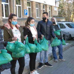 По идея на областния управител ученици хранят медици в смолянската болница
