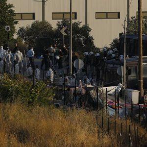 Полицейска операция на остров Лесбос по преместване на мигрантите и бежанците в новия палатков лагер