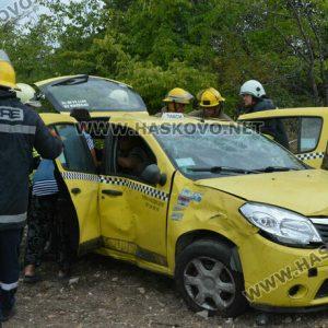Със счупен крак е пътничката от катастрофата със загиналия водач на такси