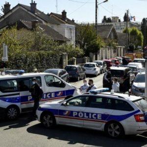 Тунизиец рани смъртоносно с нож полицайка в полицейски участък край Париж, застреляха го